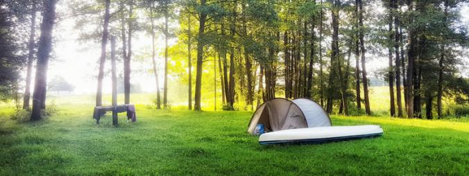 namiot nad rzeką